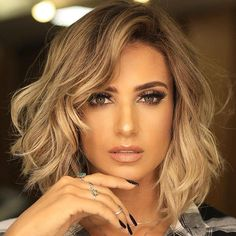 25 Hot Short Hairstyles for Women in 2019 New Trends in Short Hairstyles Looking for a glamorous new look, or a sexy new style, or an easy-care haircut Short Hairstyles For Thick Hair, Short Hair With Layers, Short Hairstyles For Women, Short Hair Cuts, Layered Hairstyles, Short Pixie, Curls On Short Hair, Short Hsir, Curling Short Hair