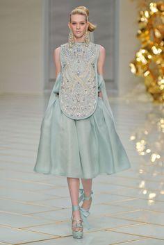 Show - Paris, Palais des Beaux Arts — Guo Pei Modest Fashion, High Fashion, Fashion Show, Fashion Dresses, Fashion Design, Gothic Fashion, Couture Fashion, Runway Fashion, Fashion News