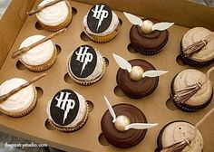LOL That's it, I vote harry potter cupcakes! Harry Potter Cupcakes, Harry Potter Desserts, Bolo Harry Potter, Harry Potter Treats, Gateau Harry Potter, Harry Potter Birthday Cake, Harry Potter Food, Harry Potter Wedding, Harry Potter Theme