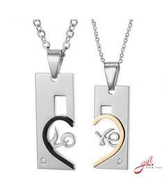 Este un set de coliere al caror design celebreaza dragostea. Unul din coliere este special gandit Pentru El, iar cel de-al doilea, Pentru Ea. Colierele, alaturate, creaza cuvantul Love incastrat in tiparul unei inimi.Reprezinta cadoul perfect pentru indra