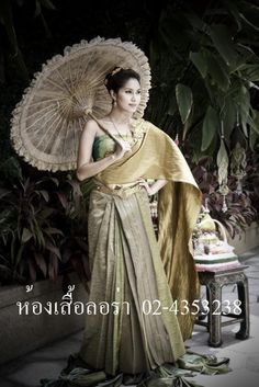Natural Thai beauty, Benz Pornchita is always elegant in traditional clothes.