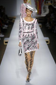Moschino Spring 2019 Ready-to-Wear Fashion Show Collection: See the complete Moschino Spring 2019 Ready-to-Wear collection. Look 9 60s Fashion Trends, Fashion Week, Paris Fashion, Runway Fashion, Fashion Models, Spring Fashion, High Fashion, Fashion Top, Fashion 2017