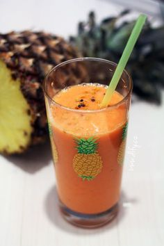 Smoothie z ananasu, mrkve a banánu se zázvorem Loose Weight, Cantaloupe, Shot Glass, Smoothies, Detox, Juice, Clean Eating, Food And Drink, Blog
