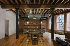 rustikale Holzbalken Decke großes Wohnzimmer Essplatz