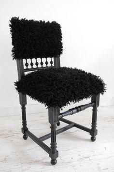 """Chaise restaurée esprit """"mouton"""" noir : Meubles et rangements par abracadabroc"""