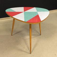 Laminowany stolik kawowy z lat 60. Mebel ma piękną lekką formę i oryginalną mozaikę ułożoną…