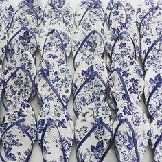 Estas rasteirinhas partiram para um #destinationwedding lindo em Portugal! @dd_almeida arrasou na escolha! 💙 #weddingshoes #flowerprint