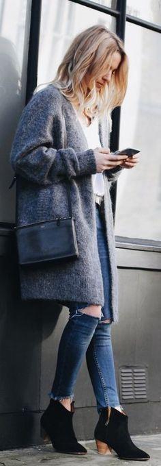 Echte Trend-Kombi: weiße Bluse, Destroyed Jeans, grauer Mantel und Boots