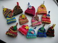 Pattern for Christmas Tree Little Hat Ornaments Good idea to use up sock yarn scraps. wonder if these would fit on my daughter's barbies. Knitted Christmas Decorations, Knit Christmas Ornaments, Christmas Knitting, Christmas Hat, Christmas Patterns, Yarn Projects, Knitting Projects, Crochet Projects, Loom Knitting