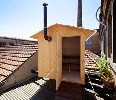Der Winter kommt. Das Schweizer BUREAU A und der Künstler Jérémie Gindre bauten eine Sauna über den Dächern von Genf. Installiert auf drei Balken und mit einer schwebenden Brücke, gibt sie ihren Besuchern eine einmalige Möglichkeit zur Entspannung in einer turbulenten Stadt. Zusätzlich bietet sie die Aussicht auf das Betriebsgelände und den drumherum liegenden Pappeln.