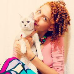 Cabelo cacheado ruivo acobreado, curly redhead with a cat