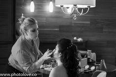Preparativos de boda de la novia en la habitación del hotel - maquillaje.