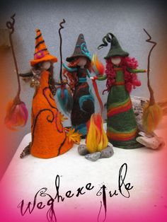 Jule - felted witch, neddle felted and wet felted. via Etsy. I adore these they are so darling. Hmmmm I can feel my wheels turning Adornos Halloween, Halloween Crafts, Halloween Decorations, Felt Angel, Needle Felting Tutorials, Felt Fairy, Art Textile, Fairy Dolls, Felt Toys