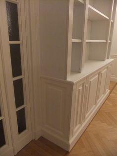 Dettaglio libreria classica con porte a vetri integrate