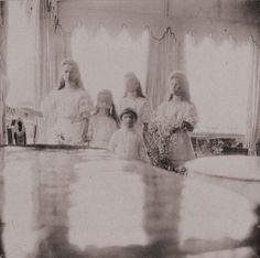Grand Duchesses Olga, Anastasia, Tatiana and Maria and Tsarevich Alexei at Livadia: 1908.