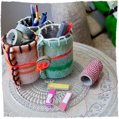 Pennenbak: gemaakt van blikjes en restmateriaal wollen dekens