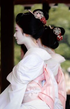 Japan - Geiko in White Kimono, Gion, Kyoto Japanese Beauty, Asian Beauty, Japanese Girl, Destination Japon, Japan Kultur, Memoirs Of A Geisha, Art Japonais, Kyoto Japan, Japan Japan