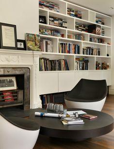 En blanco y negro - AD España, © Darren Chung Junto a la chimenea y un clásico sofá, esta moderna butaca.
