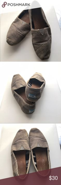 Gently Worn Toms size 7 Corduroy Gray Toms, size 7. Gently worn! Easy to slip on and go! Comfortable and stylish! Smoke free home! 🌿 Happy to bundle! 💕 TOMS Shoes Flats & Loafers