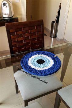 Sousplat Croche Fio de Malha Olho Grego Crochet Bib, Kawaii Crochet, Baby Blanket Crochet, Crochet Doilies, Crochet Mandala Pattern, Crochet Patterns, Crochet Mandela, Evil Eye Art, Modern Crochet