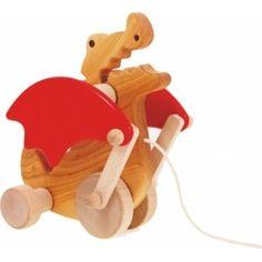 BAJO 21810 - Drewniany Smok Wawelski from Cracow, przepięknie wykonany, zaopatrzony jest w sznureczek i kółeczka, dzięki czemu stanowi idealną zabawkę, którą dziecko może wziąć ze sobą na spacer. Sprawdź, czym zabawka porusza podczas ciągnięcia :)
