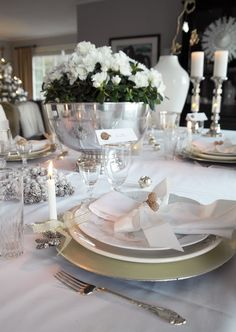 Christmas table setting/tablescape and decoration in white, silver and gold. http://anettewillemine.blogspot