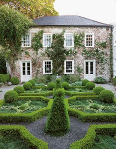 madabout-garden-design:  A garden in South Carolina, featuring closely planted boxwood patterns that perfectly complementthe eighteenth-century house (via Pinterest:TheDesignColl/mad-about-gardens)