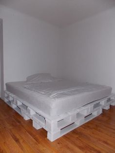 """Find out more relevant information on """"patio furniture layout"""". Look into our internet site. Diy Pallet Bed, Diy Pallet Furniture, Furniture Layout, Bed Deck, Palette Bed, White Bedding, Double Beds, How To Make Bed, Pallet Designs"""