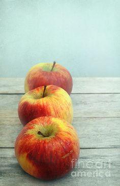 Iris Lehnhardt...three apples