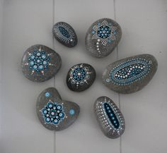 Hand painted stones blue. Between 2,5 and 5 cm. Dotpainted with acryl paint and a matt varnish. For sale in my website shop.
