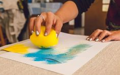Com esponja e guache, pinte por cima da fita crepe e nos espaços em branco. Foto: Edu Cesar