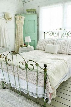 Shabby Chic Bedroom With Vintage Iron Bed And Floral Beddings #shabbychicbedroomsteen