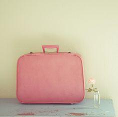 Linda malinha de um flickr belo indicado pelo diário do figurino. #vintage #pink #suitcase