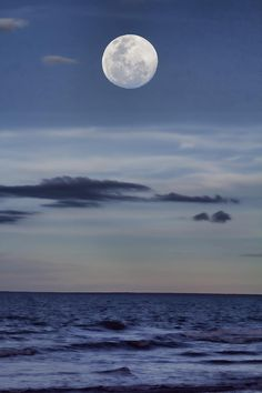 ✮ Moon over the Ocean