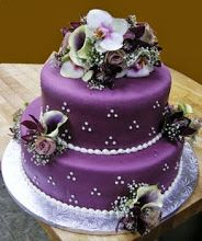 Pastel de boda totalmente violeta con detalles pequenos en rosa claro Lovely purple Wedding Cake #WeddingCakes #Weddings