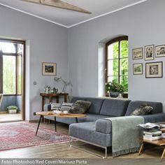 Die Kühle Wandfarbe Im Geräumigen Wohnzimmer Wird Durch Den Holzfußboden  Und Den Gemütlichen Wintergarten Gemildert.