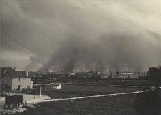 1940,De brandende stad Rotterdam, om acht uur in de avond, als gevolg van het Duitse bombardement van 14 mei 1940. Gezien vanuit Hillegersberg.