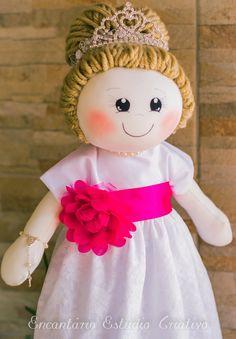 Boneca Dama de Honra, confeccionada em malha e enchimento de fibra siliconada. Cabelos de lã, roupas em renda e tricoline. Rica em detalhe. Escolha as cores de roupa e cabelos.