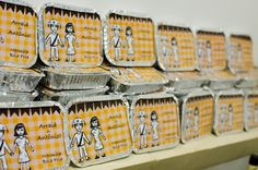 Como lembrancinhas para as crianças convidadas dessa festa de aniversário em clima junino, Laiz Camargo, do blog Dias de Mamis (www.diasdemamis.com.br), preparou marmitinhas com doces e salgados típicos