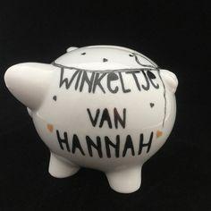 Voor het Winkeltje van Hannah een spaarvarken gemaakt en gedoneerd. Ik hoop dat er veel mensen zullen helpen het spaarvarken te vullen zodat dit goede doel het weer door kan geven aan het UMCG. Hiermee worden er veel ouders van/en zieke kinderen in het UMCG geholpen met wat er ook maar nodig is. #lief#handbeschilderd#cadeau#porselein#uniek#spaarvarken#handmade#blij#doneren#UMCG#origineel#opjebordje.nl