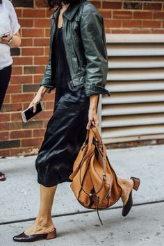 The bag! 59 spring fashion 2019 to update you wardrobe today 00058 – JANDAJOSS. Fashion Mode, Look Fashion, Milan Fashion, Street Fashion, Spring Summer Fashion, Autumn Fashion, Spring City, Green Leather Jackets, Looks Street Style