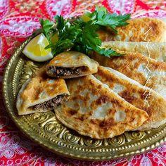 Shamborek- stekta piroger fyllda med färs (vegofärs funkar alldeles utmärkt). Så goda! Det här receptet har mina syrianska/assyriska läsare tipsat mig om och även gett mig recept på 😍 TUSEN TACK för det❤ Gjorde research och det visade sig vara ett mycket populärt recept även i det kurdiska köket. Enkla att göra👌 Recept med steg för steg bilder hittar du i länken i min profil➡️ @zeinaskitchen I inlägget har jag även länkat till recept på afghanska bolani🤤 Swedish Recipes, Turkish Recipes, Ethnic Recipes, Easy Healthy Recipes, Vegan Recipes, Cooking Recipes, Vegan Food, Zeina, Mediterranean Dishes
