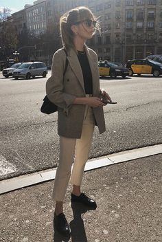 Lizzy Hadfield wearing a grey blazer, a black t-shirt, white ankle pants, black oxford flats, clubmaster sunglasses and a black shoulder bag. Spring Work Outfits, Casual Work Outfits, Mode Outfits, Work Casual, Fall Outfits, Casual Office, Office Attire, Casual Chic, Office Chic