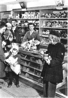 1950-es évek. Játékosztály az Úttörő Áruházban. Retro Kids, Old Photography, Budapest Hungary, Long Time Ago, Old Pictures, Historical Photos, The Past, Scene, Culture
