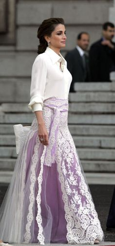 Queen Rania of Jordan, who went alone to the link, wearing a white silk blouse with elbow-length sleeves and long purple skirt with lace on tulle combined. A Givenchy Haute Couture design style 70s Queen of Jordanians wore her hair in a low ponytail