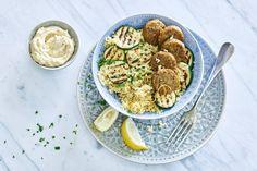 Hummus en falafel: een gouden combi. Helemaal in een salade met bulgur - Recept - Allerhande