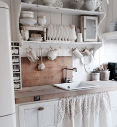 27 Country Cottage Style Kitchen Decor Ideas to help you w .- 27 Country Cottage Style Kitchen Decor Ideas to make you fall in love with your kitchen again Source by dekorationtrend - Kitchen Sink Decor, Shabby Chic Kitchen Decor, Best Kitchen Cabinets, Shabby Chic Homes, Kitchen Styling, Kitchen Ideas, Shabby Chic Kitchen Cabinets, Kitchen Benches, Kitchen Shelves