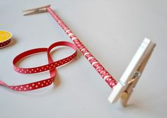How to Curl Grosgrain ribbon - Wrap around dowels, spray starch, and a low oven bake. Ribbon Art, Diy Ribbon, Ribbon Crafts, Ribbon Bows, Ribbons, Cinta Grosgrain, Grosgrain Ribbon, Diy Hair Accessories Tutorial, Ribbon Curls