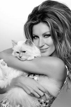Gisele Bündchen and one cat. Gisele semble très à l'aise, mais le chat pas telllement.