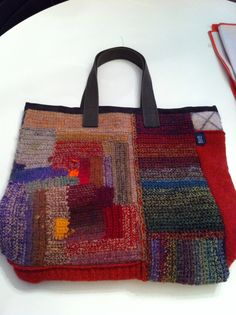 Most of the most popular bags do not meet a certain aesthetics this season. Crochet Handbags, Crochet Purses, Crochet Bags, Handmade Handbags, Handmade Bags, Freeform Crochet, Knit Crochet, Big Knits, Art Bag
